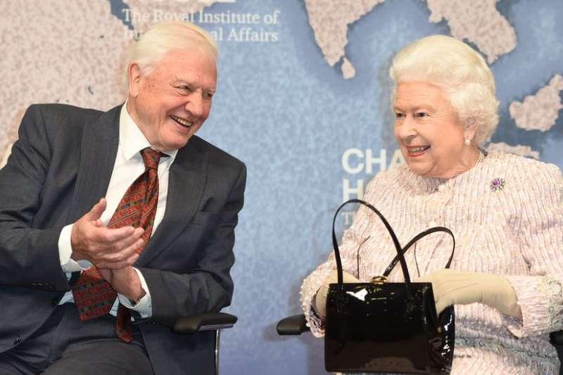 2019年11月20日,英國女王伊麗莎白二世給艾登堡祿爵士頒發英國皇家戰略研究所(Chatham House)獎,獎勵他為改善國際關係所做出的傑出貢獻。(BBC)
