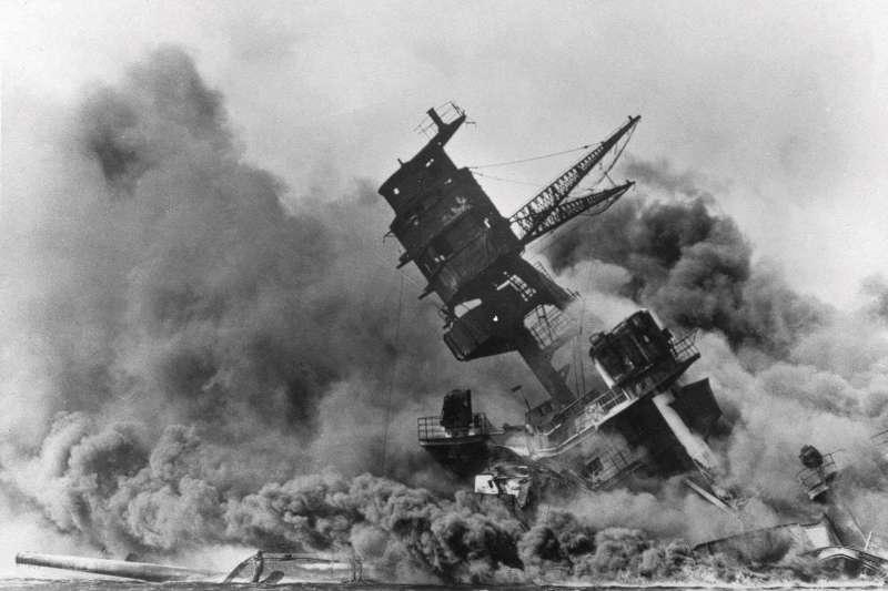 1941年珍珠港事變,美國海軍「亞利桑納號」(USS Arizona)遇襲受重創(AP)