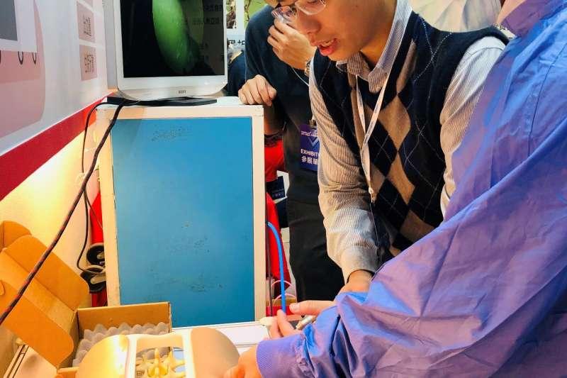恩主公醫院提供現場模擬,體驗民眾穿上鉛衣和手術衣、手套體驗操作內視鏡脊椎微創手術(圖/恩主公醫院)