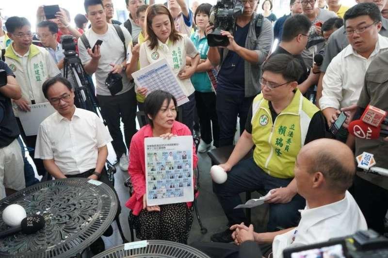 2019年9月,高雄市長韓國瑜(右下)與民進黨立委劉世芳(左2)等人晤談市政(劉世芳臉書)