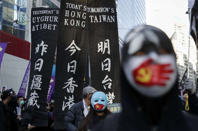 2019年12月8日,香港民陣發起「12.8國際人權日」遊行,參與者舉出「昨日疆藏.今日香港.明日台灣」標語牌(AP)