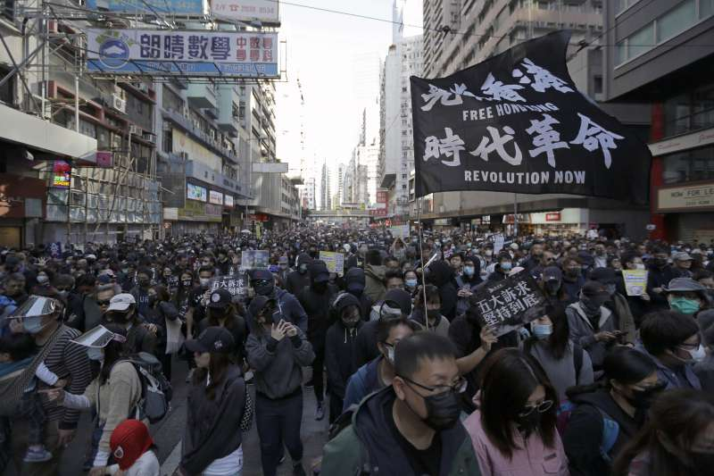 作者認為,香港自治正在全面崩潰之中,美國應把握《香港人權與民主法案》首次年檢報告之機會,作出反制中國的重要一步。(資料照,AP)