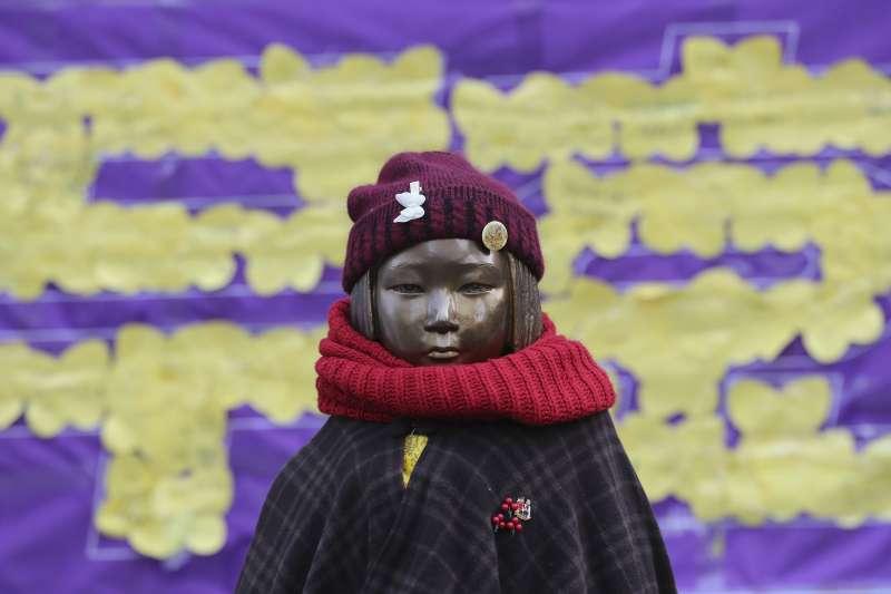 南韓首爾日本大使館前方的慰安婦少女雕像(AP)