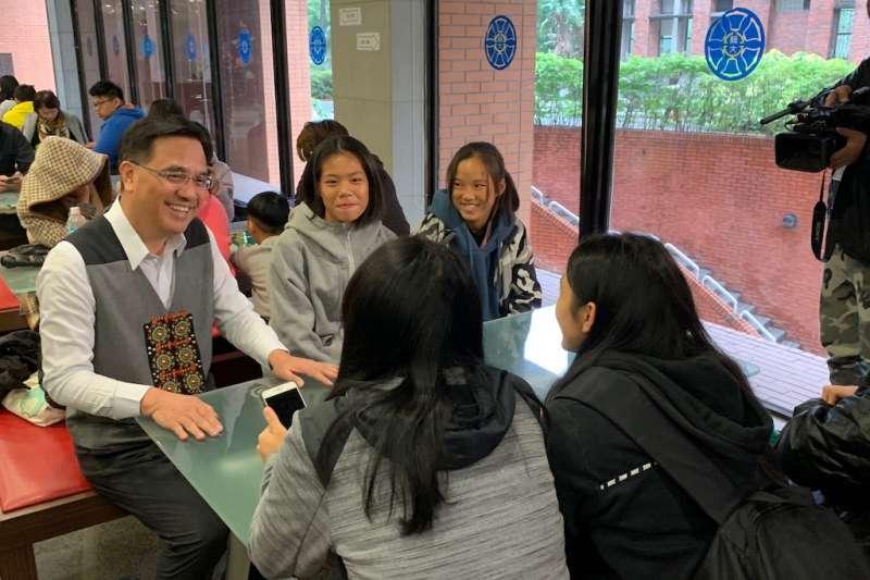 原住民族語言能力認證測驗於7日舉行,主委夷將(左一)與現場考生及陪同家人親切互動。(圖/原民會提供)