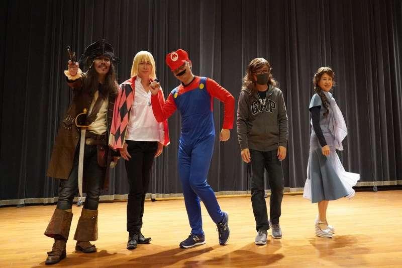 修平科大校慶表演,媒系舉辦cosplay創意表演,馬廣毅系主任一起裝扮表演,與學生爭奇鬥艷。(圖/修平科技大學提供)