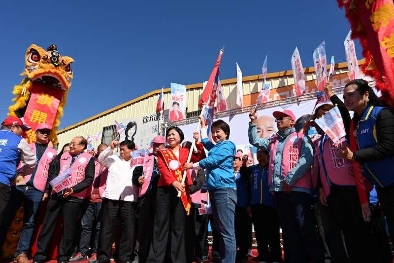 楊瓊瓔第一場參選立委造勢活動,台中重量級政治人物幾乎全都出席參與,造勢大會並由盧秀燕授旗期望鄉親支持。(圖/楊瓊瓔競選總部提供)