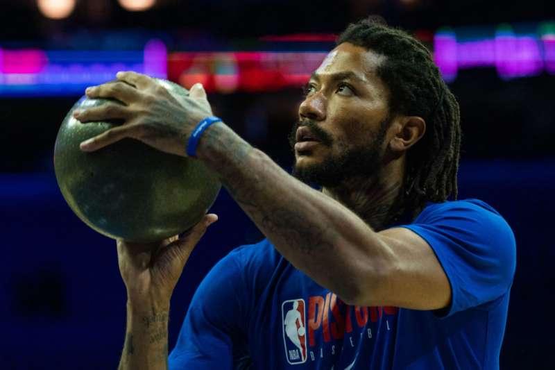 羅斯所使用的特製籃球重達4.5磅,遠遠超越NBA官方用球的重量。 (截圖自The Athletic)