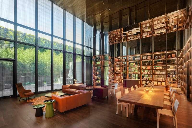 磐鈺雲華公設空間打造「時間的圖書館」由內而外串聯綠化,打破空間的封閉性。(圖/盤鈺建設提供)