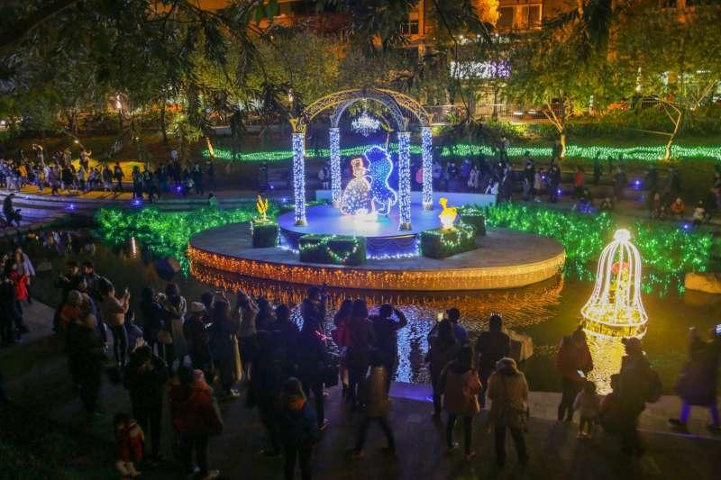 台中市迪士尼聖誕燈飾吸引民眾參觀,第一個周末在台中火車站附近就吸引五萬多名民眾前來拍照打卡。(圖/臺中市政府提供)