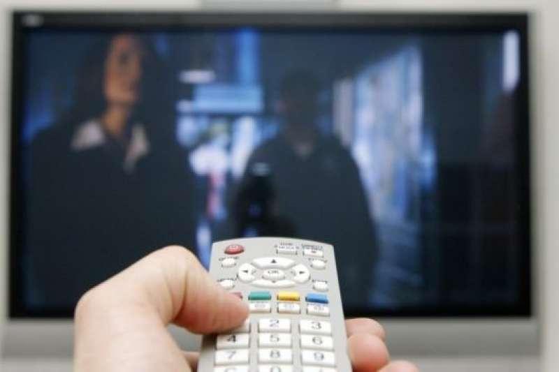 家中長輩是否看電視時,常聽不清楚對白內容,這時必須特別注意。(圖/SCIENCE PHOTO LIBRARY提供)