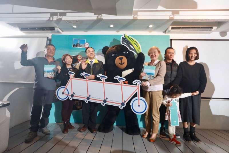 《鐵馬款款行》新書發表會,書中集結了10位自行車偏愛路線分享,帶大家跨上自行車,深入台灣每個角落的人文故事,瀏覽台灣最美的風光。  (圖/觀光局提供)