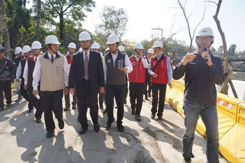 內政部長徐國勇到臺南視察安平運河及竹溪環境改善情形。(圖/內政部提供)