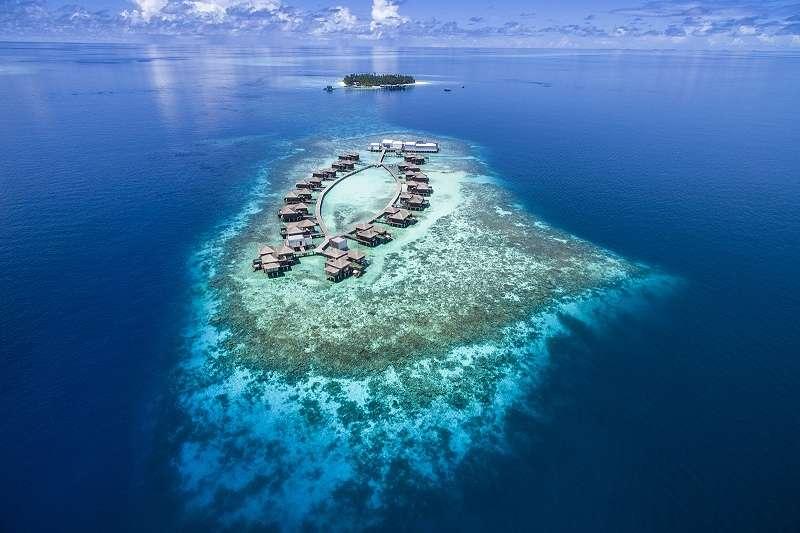 這間酒店的海灘別墅刻意模糊室內與廣闊印度洋之間的界限。(圖/Devo TV)