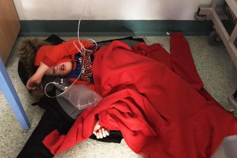 英國4歲男童傑克日前疑似感染肺炎被送到急診室,卻因為病床短缺,被迫躺在冰冷的地板上休息(截自YouTube)