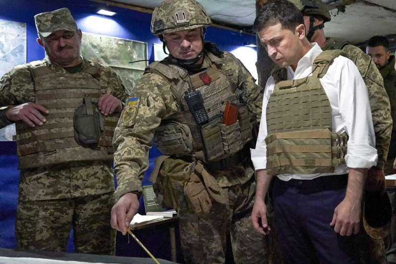 烏東衝突、俄烏衝突,烏克蘭總統哲連斯基2019年10月視察烏東地區。(AP)