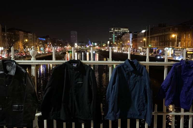 倡議者在都柏林著名地標「半分橋」發起「溫暖冬天」活動,鼓勵民眾捐贈厚外套給街友。(圖截自推特)