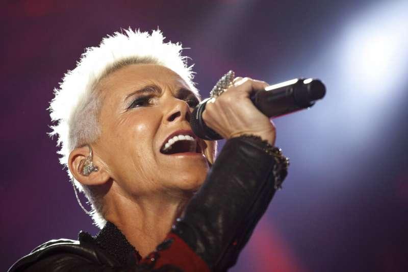 瑞典90年代天團羅克塞(Roxette)的女主唱瑪麗芙蒂森(Marie Fredriksson)12月9日因腦癌過世,享壽61歲。(美聯社)
