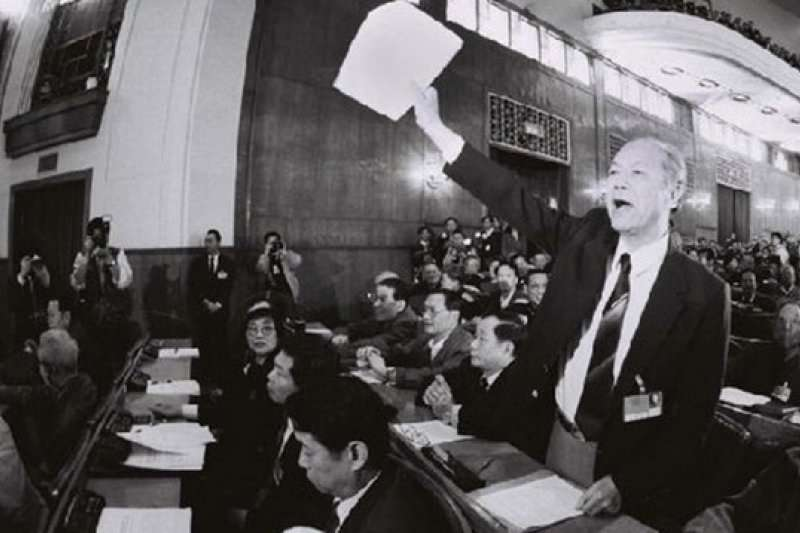 28年前,黃順興在北京人大會上破天荒的上高喊「我反對」。(取自網路)