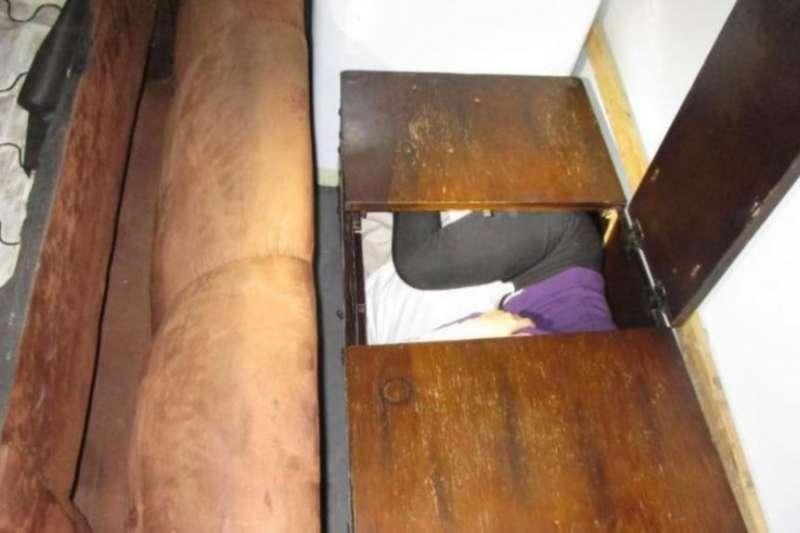 12月7日,11名中國人藏身木箱、梳妝台和冰箱等傢俱中,試圖從聖地亞哥的聖伊西德羅入境口岸的美墨邊境偷渡進入美國。(美國海關與邊境保護局)