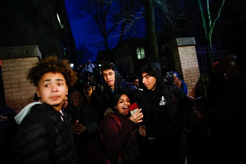 紐澤西市一家雜貨超商10日下午驚傳槍擊案,至少6人喪生。事發後附近一間高中的學生也被疏散。(美聯社)