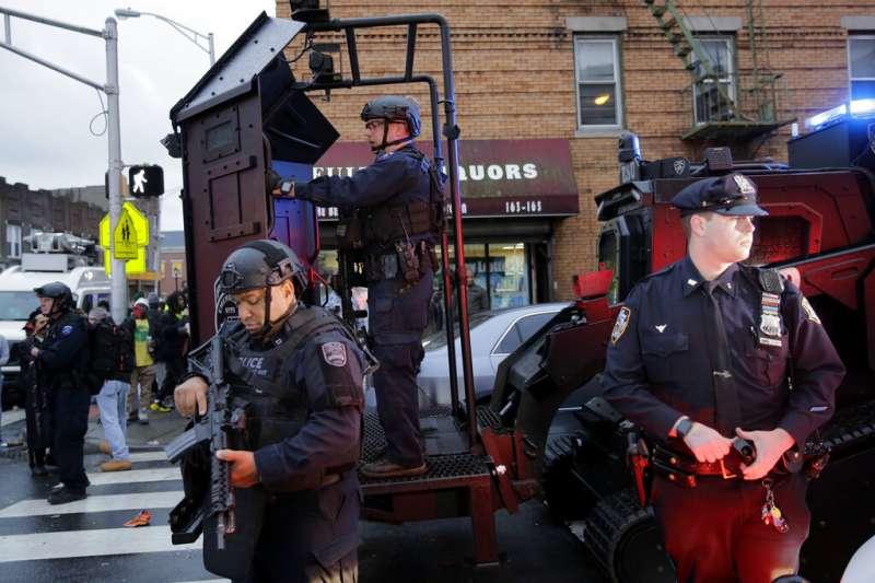 紐澤西市一家雜貨超商10日下午驚傳槍擊案,至少6人喪生。事發後荷槍實彈的警察在街頭巡邏。(美聯社)