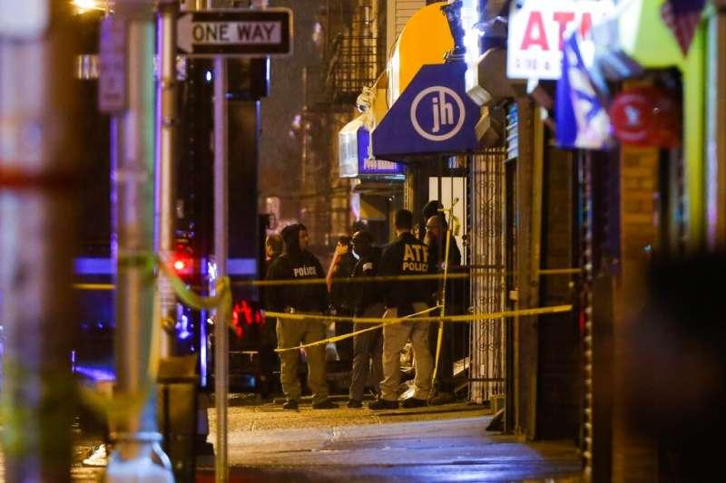 紐澤西市一家雜貨超商10日下午驚傳槍擊案,至少6人喪生。事發後警方在封鎖現場採證。(美聯社)