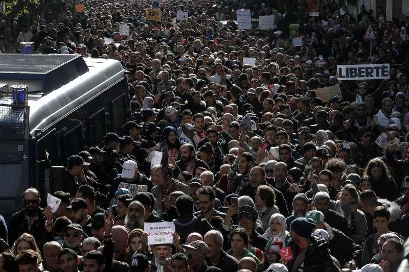 阿爾及利亞2019年總統大選,民眾抗議腐敗政治結構已經超過10個月,不信任大選能帶來改變。(AP)