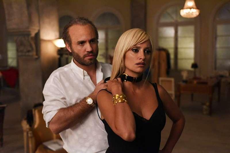 精品品牌凡賽斯(Versace)在十年時間內,長成一座跨足時裝、皮件、香水及珠寶的時尚帝國,品牌創辦人卻在1997年遭槍殺逝世(圖/IMDb)