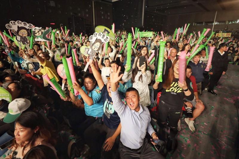 親民黨立委候選人、名嘴李正皓在15日的政論節目中指出,英粉會越來越鐵,主要來自對國民黨總統候選人韓國瑜的不信任。圖為英粉示意圖。(取自蔡英文臉書)
