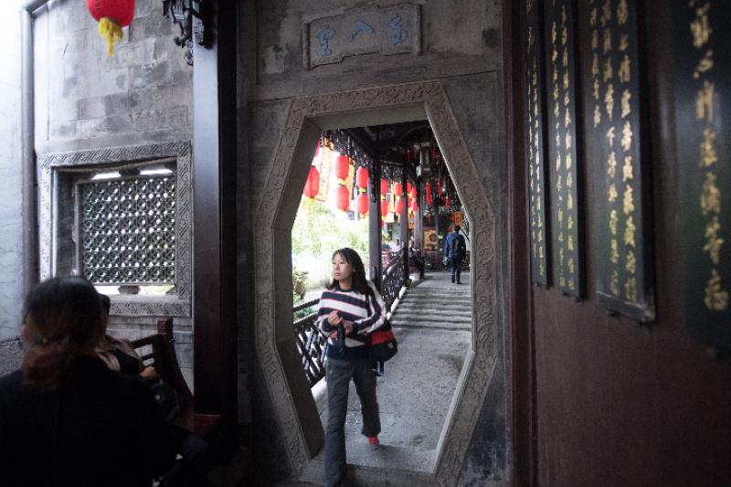 前來尋醫問診的人在胡慶餘堂留存至今的清代老建築內行走。(新華社)
