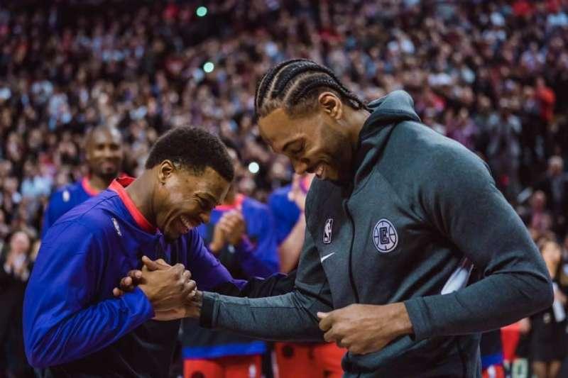 雷納德(右)重返多倫多,從前隊友洛瑞(左)手中接下上季的冠軍戒指。(取自多倫多暴龍粉絲頁)