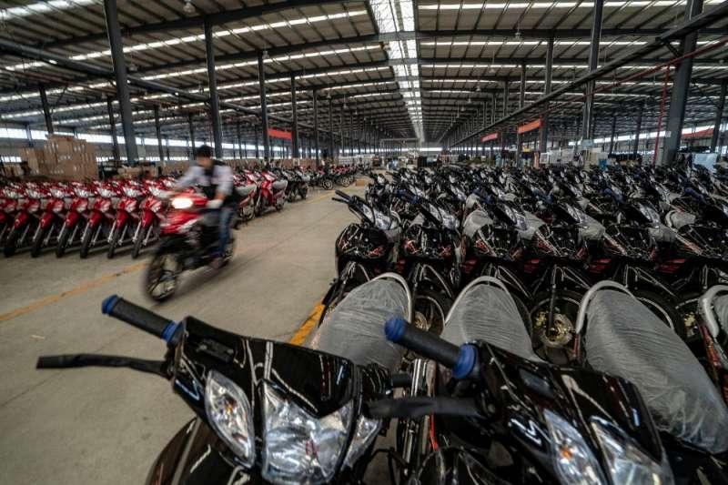 雲南銀翔機車製造有限公司摩托產業園生產車間生產的摩托車下線。(新華社)