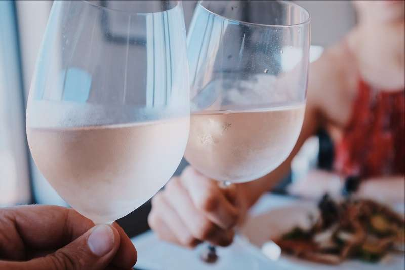 粉紅酒其實具有驚人潛力:適宜台灣氣候;易於搭配台灣常見的各種料理,重鹹重辣也不怕;價格又親民,但在台灣卻一直流行不起來。(圖/unsplash)