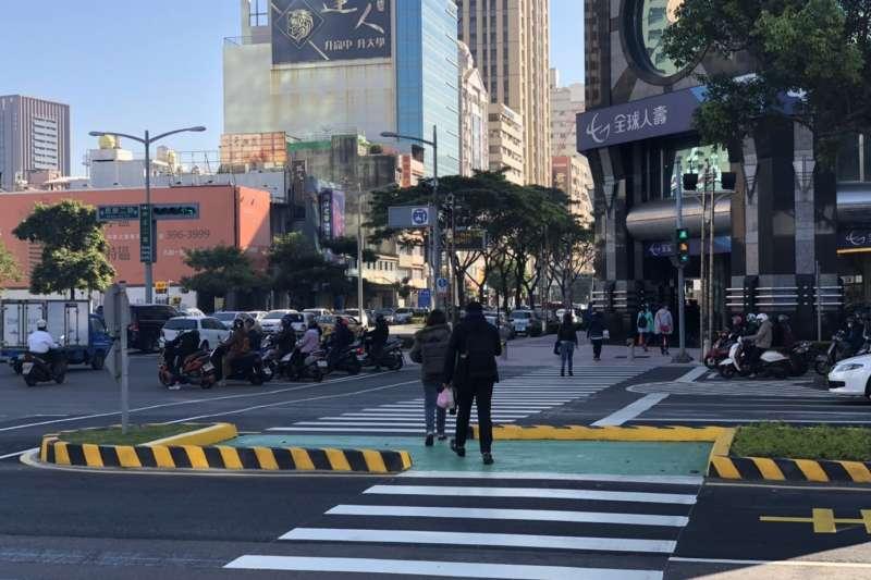 新興區中正二路:民族二路口則是高雄第一處Z型行人兩段式穿越道,主要是藉轉彎的穿越道,引導行人視線直覺性的看見路口來車,提升行人穿越的安全性。(圖/徐炳文攝)