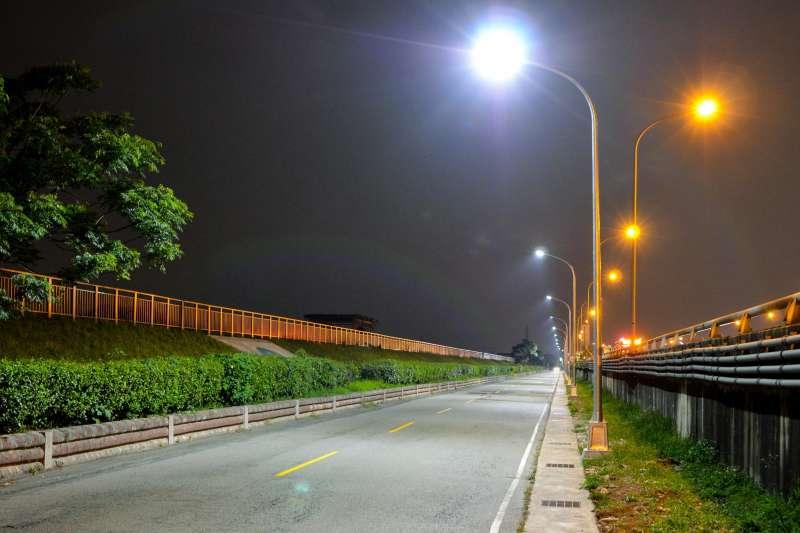 台南市政府工務局4日表示,持續推動「台南市換裝LED路燈建置工程」,將於111年第1季執行全部換裝為LED燈。示意圖。(資料照,台中市政府提供)