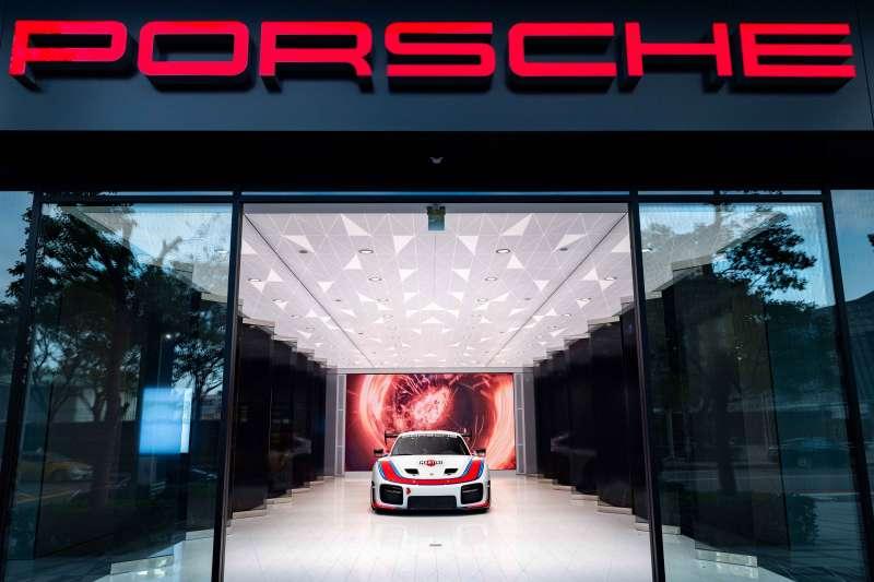 全台首座Porsche Studio都會概念店正式進駐桃園,融合汽車工藝、美學時尚與都會生活氛圍演繹頂級性能的不凡魅力。(圖/台灣保時捷公司提供)