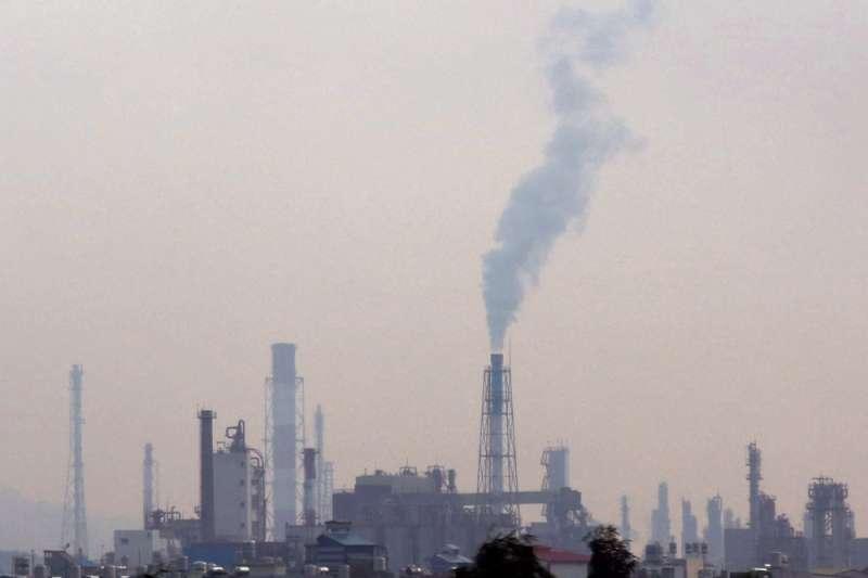 高雄市環保局檢視汙染物排放數據,有超過八成五的減量來自大型工廠。(攝林瑞慶攝)