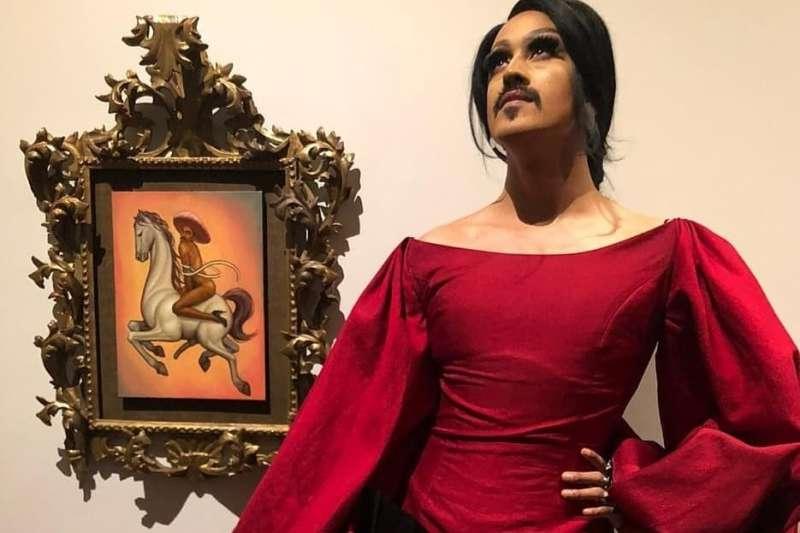藝術家查雷斯作品《革命》中,姿勢嫵媚挑逗的男子被視為是墨西哥革命英雄沙帕塔(圖/Fabian Chairez Facebook)
