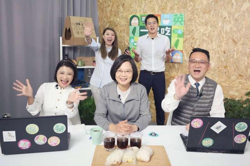 總統蔡英文(中)12日親自接受競選連任辦公室節目《一起吃早餐》專訪。(蔡英文競選辦公室提供)