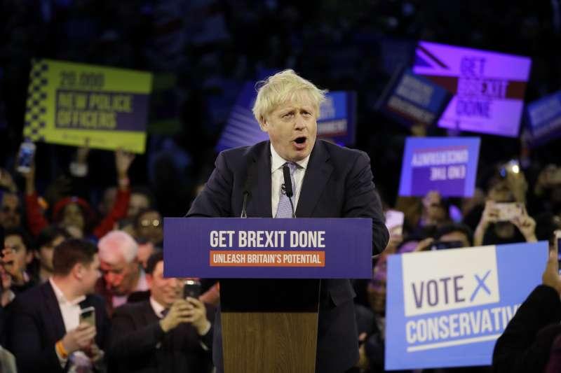 英國12日提前大選,首相強森把握最後機會亮相造勢。(AP)