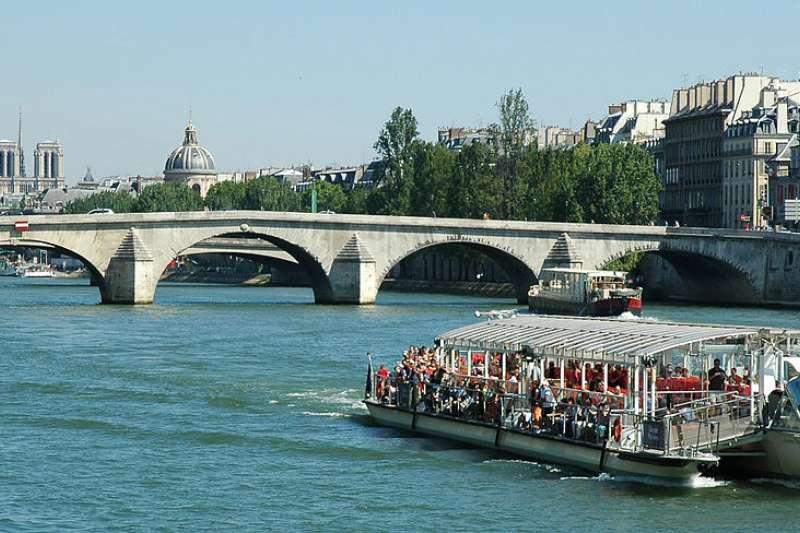 走在塞納河畔,巴黎人浪漫的生活氛圍讓很多觀光客嚮往。(取自維基共享資源)