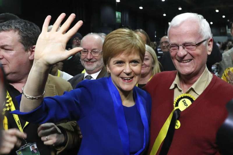 蘇格蘭首席部長史特金(左)。(美聯社)
