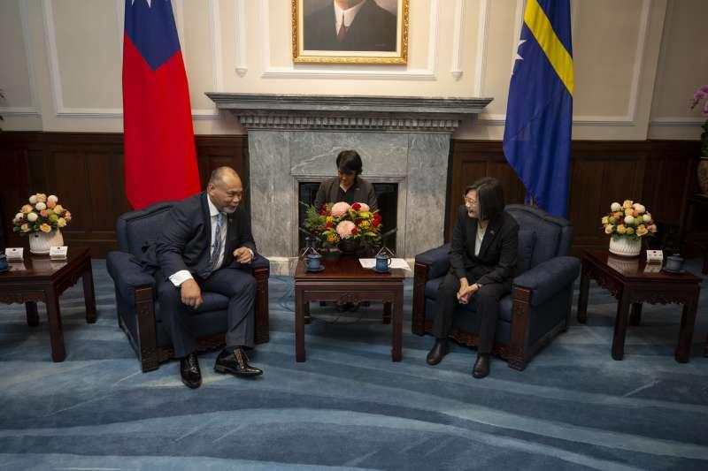 總統蔡英文(右)13日在總統府內會見諾魯和國總統安格明(左)(Lionel Rouwen Aingimea)。蔡英文也強調,「諾魯就是我們不可或缺的夥伴」。(取自總統府flickr)