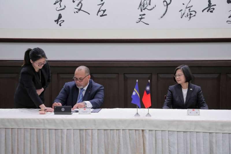 20191213-總統蔡英文13日於府內見證「台諾航空服務協定」簽署儀式。(取自總統府flickr)