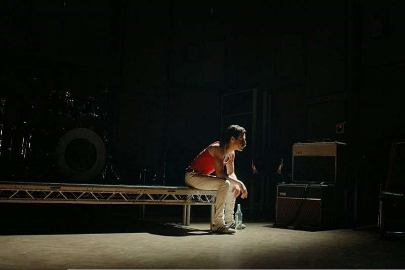 在電影中,佛萊迪愈放縱,反而愈空虛,他從毒品、酒精與性愛中都找不回一開始創作的快樂,以及與團員們打拚的默契。(圖/imdb)