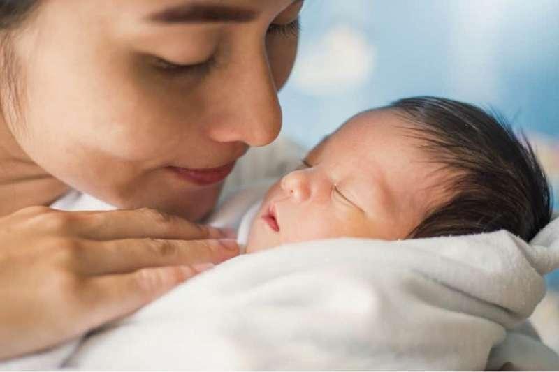 寶寶出生時,皮膚上會帶有各種細菌。依生產方式不同,寶寶皮膚上的細菌也會不同。(圖/Hello醫師)