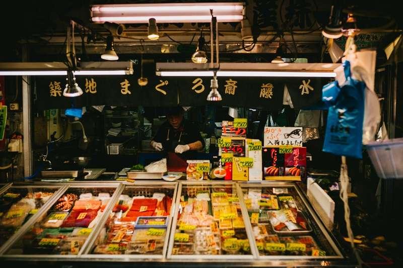 大部分的餐廳、海鮮魚貨、乾貨店或是蔬果店等其實是坐落在築地場外市場,對於觀光客而言,並沒有改變這麼多。(圖/unsplash)