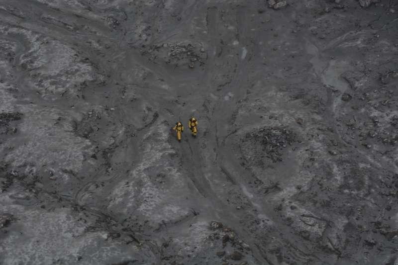 紐西蘭白島火山爆發慘劇,隨著警報暫時解除,當局終於登島並找到6位失蹤者遺體,其餘2位疑似掉入海中仍在搜索。(AP)
