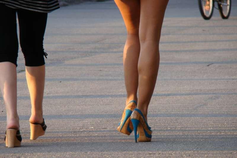 穿高跟鞋小腹卻凸了?(示意圖/pixabay)