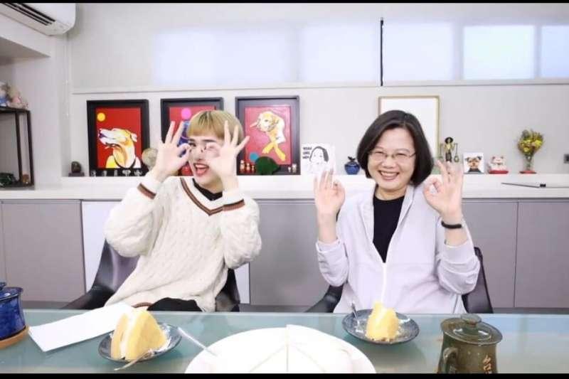 網紅鍾明軒(左)與總統蔡英文(右)合拍影片,共同比出「3」and「good」的手勢。(圖截自影片)